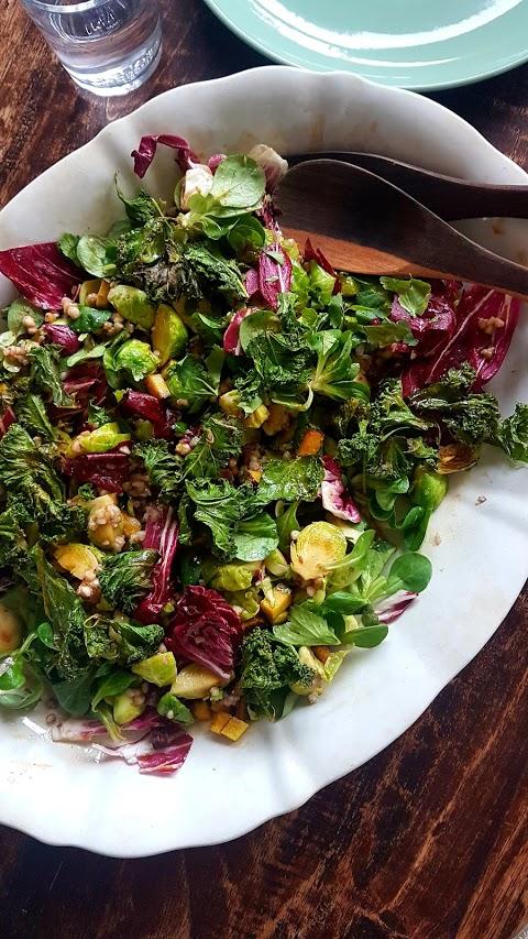 Buchweizen & Rosenkohl Salat mit Grünkohl-Chips